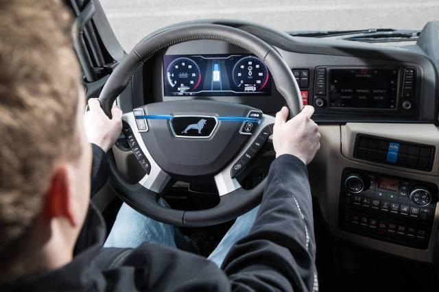 El-conductor-activa-el-modo-platooning-pulsando-un-boton-integrado-en-el-volant_thumb_1280